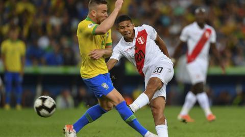 Flores saca un remate ante la marca de Arthur.