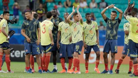 Jugadores de la Selección Colombia saludando a sus seguidores.