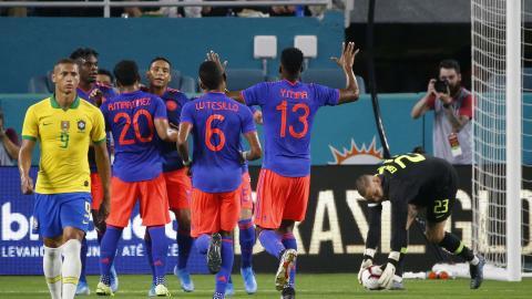 Luis Fernando Muriel celebra con sus compañeros tras marcar el gol de penalti que significó la igualdad.