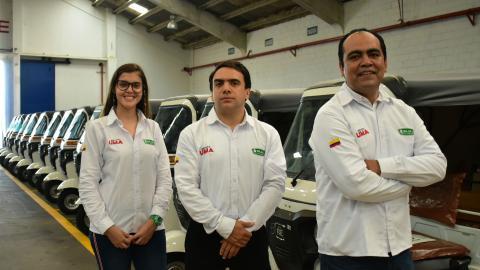 Eliana López, Rafael Gaviria  y José Daniel García en la planta del Grupo Uma en Barranquilla.