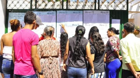 Ciudadanos de Valledupar buscan el número de la mesa en la que les corresponde votar.