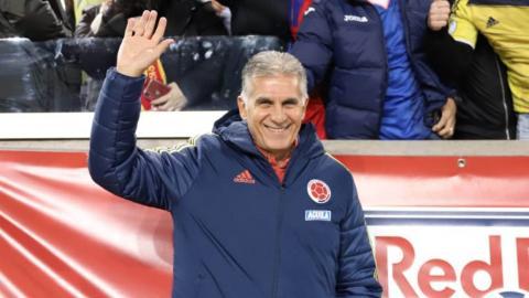 El técnico Carlos Queiroz saluda a la afición que asistió al duelo ante Ecuador.