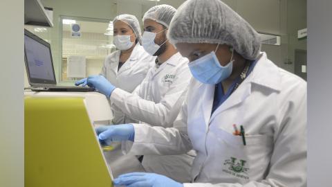 Estudiantes de la VIII cohorte de la maestría, en el Laboratorio de Genética de Unisimón.
