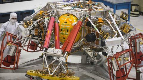 Técnicos reposicionan sistema de descenso que ayudará a posar al Mars 2020 sobre la superficie de Marte.