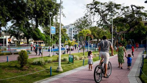 Niños y adultos se recrean en el parque Los Andes.