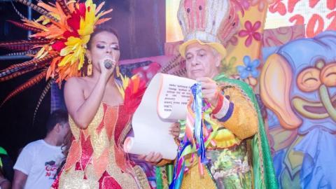 María Alejandra Viloria Tovar lee el bando del Carnaval de Valledupar.