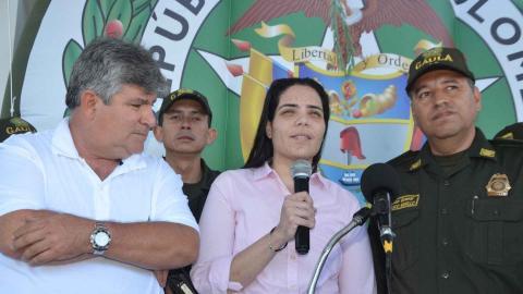 Melissa Martínez hablando tras su secuestro en compañía de las autoridades.