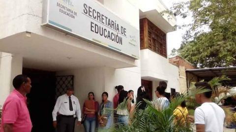 Los migrantes acuden a la Secretaría de Educación.