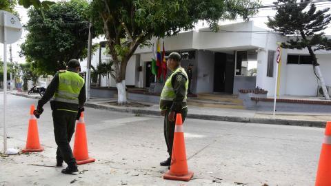 Tras el atentado, en las estaciones de policía evitan que los vehículos sean parqueados en los alrededores,como se evidencia en esta imagen de la estación policial ubicada en el barrio El Silencio.