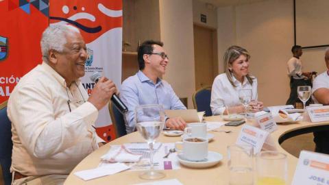 José Ponce, embajador de Cuba, Carlos Caicedo, gobernador del Magdalena, y Virna Johnson, alcaldesa de Santa Marta, durante la reunión de este domingo.