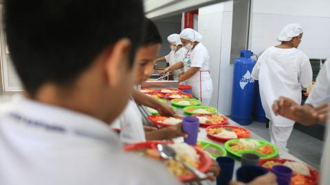 Niños reciben su ración de alimentación escolar.