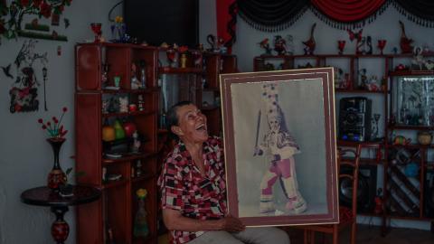 Alba sostiene su retrato, mientras recuerda anécdotas de la Danza del Congo.