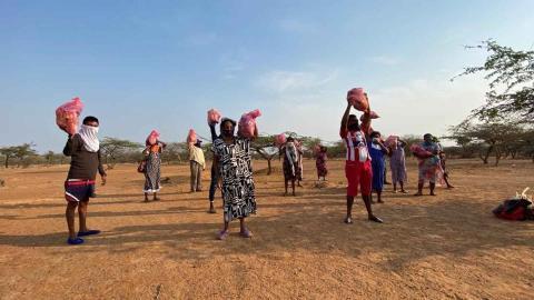 Comunidades durante la entrega de mercados.