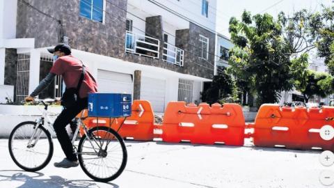 Habitantes cerraron el barrio con barricadas naranjas.