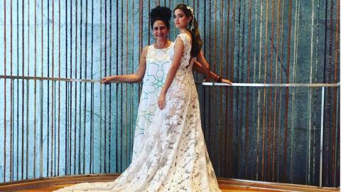 La diseñadora Judy Hazbún junto a uno de sus diseños para novias.