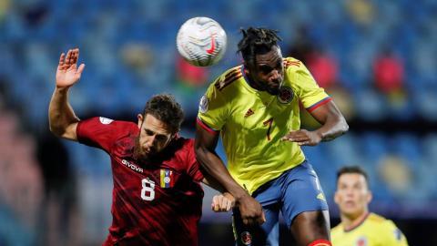 El delantero Duván Zapata intenta un cabezazo.