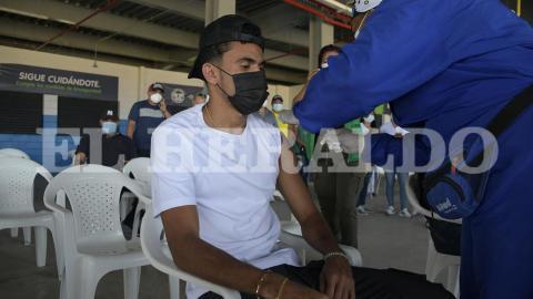 Luis Díaz recibiendo la vacuna en el estadio de béisbol Édgar Rentería.