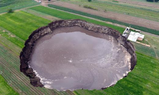 El crater que derrumba casas en México