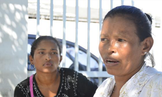 La madre llora la muerte de su hijo.