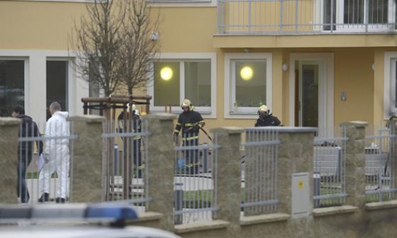 bomberos y unos policías trabajan en la residencia del embajador palestino.