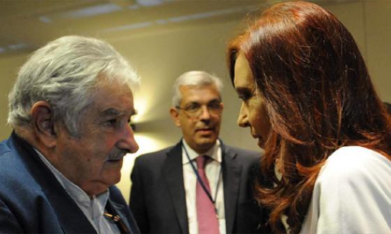 La presidenta argentina, Cristina Fernández, durante la reunión bilateral con su par uruguayo, José Mujica, en La Habana.