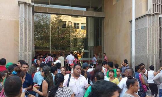 Afuera del edificio de la Alcaldía, personas agrupadas esperaban que pasara el temblor.