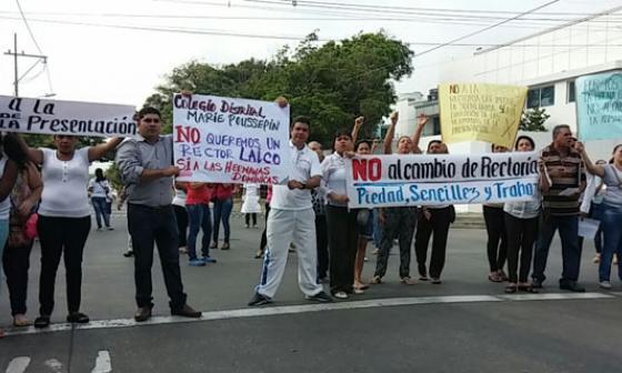 Estudiantes y padres de familia del colegio María Poussepin protestan por cambio en rectoría