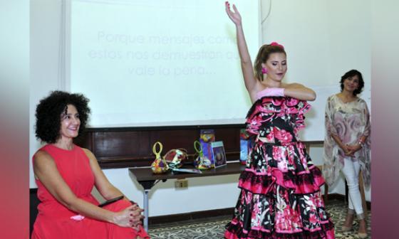 Judy Hazbún junto a la reina, quien explica cómo hacer el autoexamen.