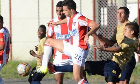 Acción de juego en el estadio Alberto Grisales, de Rionegro.