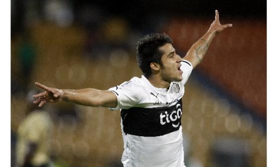 Iván Torres de Olimpia de Paraguay celebrando su  gol frente Águilas Doradas de Colombia