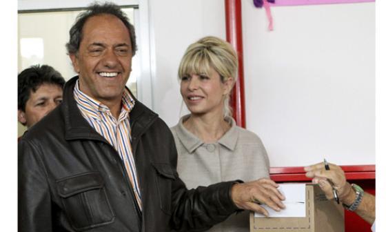 El candidato presidencial por el Frente para la Victoria, Daniel Scioli, y su mujer, Karina Rabolini, cuando votaban en la localidad de Tigre, provincia de Buenos Aires.