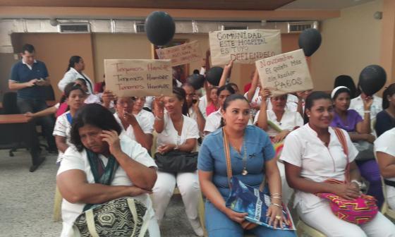 Con pancartas, los trabajadores del hospital de Riohacha exigieron pagos.