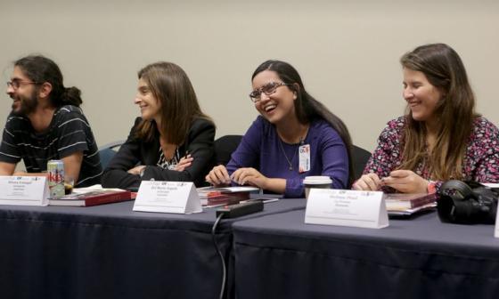 """Eel María Angulo, segunda de derecha a izquierda, durante el Taller """"El periodismo cuenta""""."""