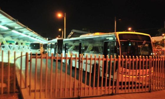 Transmetro suspende servicio tras bloqueos por falta de energía
