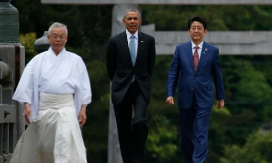 El presidente de EEUU, Barack Obama, (c) camina con el primer ministro japonés Shinzo Abe, durante su visita a Ise Grand Shrine, Japón.