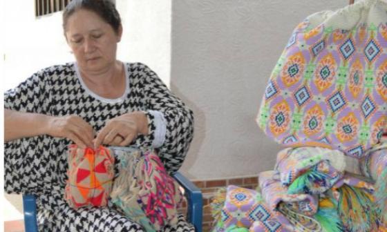 Aura Robles, vicepresidenta de Fenarwayuu, mientras arregla algunas de sus artesanías.