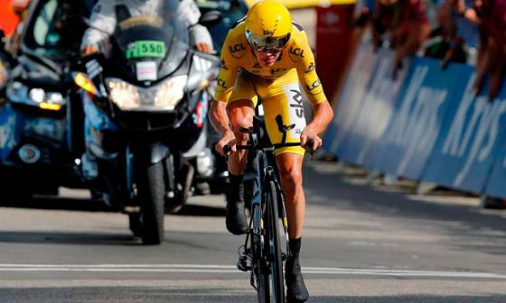 El ciclista británico Christopher Froome del Sky llega al final de la carrera de la decimoctava etapa.