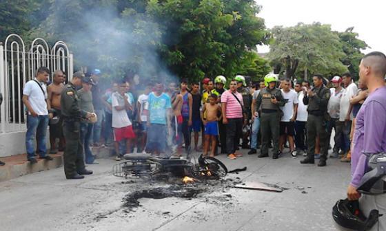 La comunidad del barrio Chiquinquirá quemó la motocicleta en la cual se movilizaban los presuntos asaltantes.