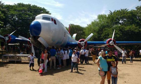 Viejo avión de narcos se convierte en parque infantil
