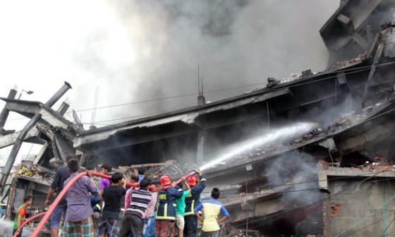 Bomberos apagan las llamas.