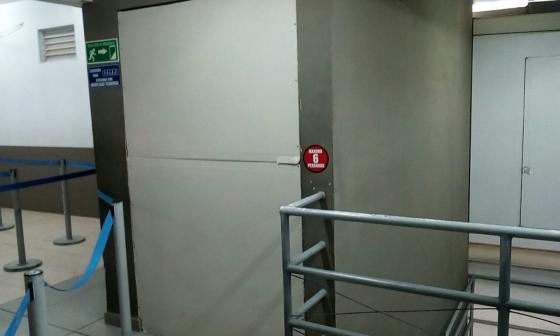 Herida pasajera tras caer ascensor provisional en el aeropuerto samario