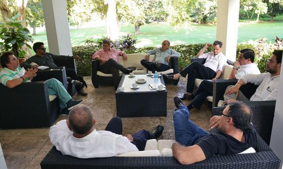 El ministro del Interior, Juan Fernando Cristo, reunido con las delegaciones del Gobierno y las Farc en La Habana.
