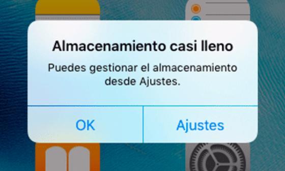 Mensaje que sale cuando el almacenamiento de un iPhone está lleno. Esta alerta de memoria llena se ha vuelto un malestar para los usuarios de 'smartphones'.