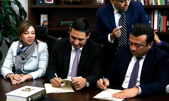 El senador Mauricio Lizcano radica el proyecto de 'fast track' para procesos judiciales.