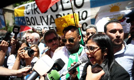 La canciller de Venezuela, Delcy Rodríguez (d), habla a la prensa, ayer, rodeada de simpatizantes, a las afueras de la Cancillería argentina en Buenos Aires.