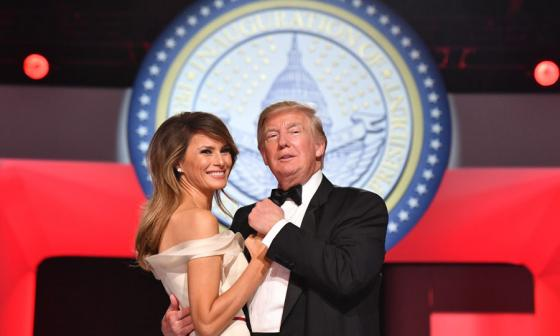 Donald Trump y Melania presumen del triunfo en su primer baile presidencial