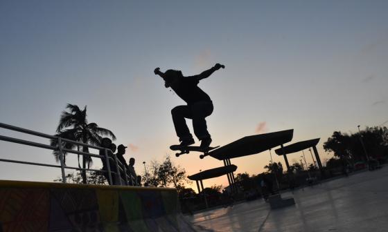 El joven Alberto Vega, apasionado por el skate, salta desde su patineta haciendo un sostenido en el aire.