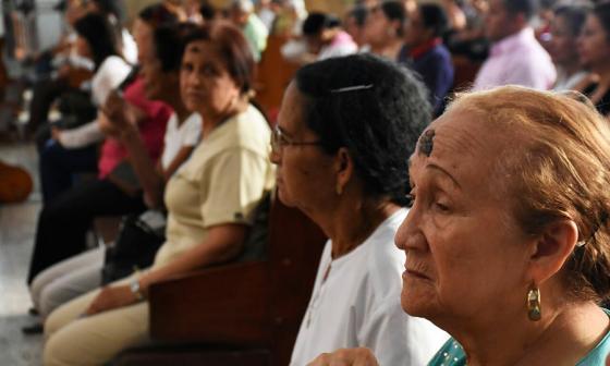 Cientos de personas se congregaron en la Catedral Metropolitana para ponerse la señal de la cruz.