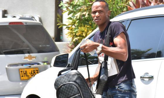 El vallecacuano Luis Quiñones atendió a los medios de comunicación a su llegada al hotel Hilton Garden Inn.