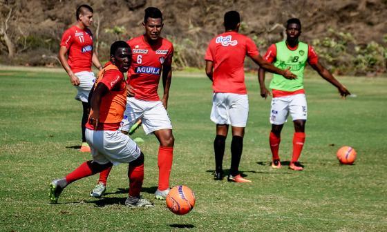 Toloza domina un balón ante la mirada de James.